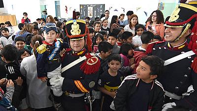 Los granaderos recorrieron las escuelas de trelew el for Jardin 427 trelew